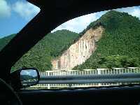 すごい削れ方をした山の斜面。