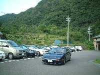 こんな山奥なのに駐車場は埋まってる。