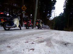 スーパーカブで凍結林道に挑む